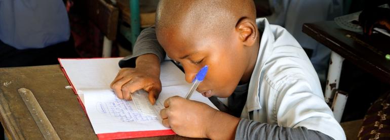 Un enfant de CE1 rédige